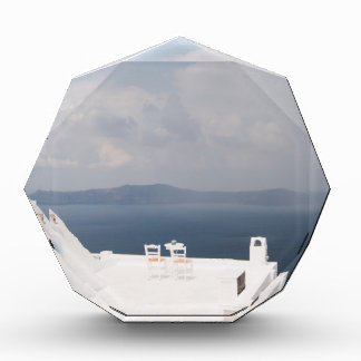 Zwei Stühle auf Santorini Insel Acryl Auszeichnung