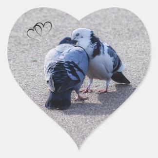 Zwei Tauben Herz-Aufkleber