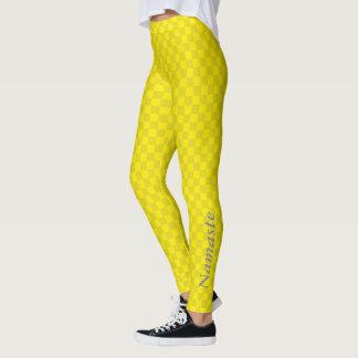 Zwei tonten helles gelbes Schachbrett mit Namaste Leggings