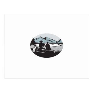Zwei Trampers, die auf Log See-Gebirgsoval sitzen, Postkarte