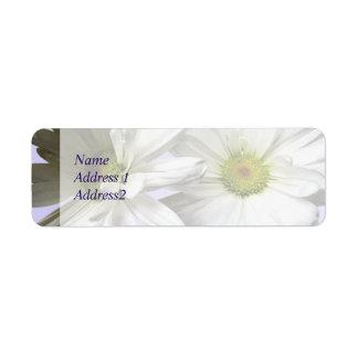 Zwei weiße Frilly Gänseblümchen Save the Date Rückversand-Adressaufkleber