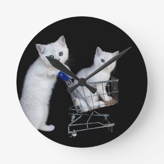Zwei weiße Kätzchen mit Einkaufswagen auf Runde Wanduhr