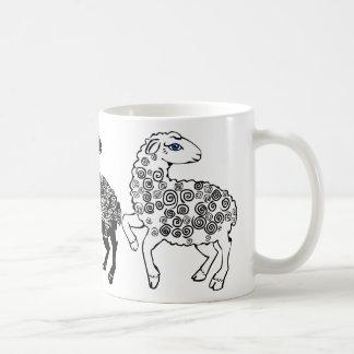 Zwei weiße Schafe eine schwarze Schaf-Volkskunst Kaffeetasse