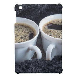 Zwei weiße Schalen mit schwarzem Kaffee und Schaum iPad Mini Hülle