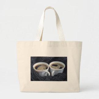Zwei weiße Schalen mit schwarzem Kaffee und Schaum Jumbo Stoffbeutel