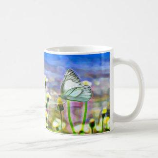 Zwei weiße Schmetterlinge in einer gelben Kaffeetasse