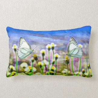 Zwei weiße Schmetterlinge in einer gelben Lendenkissen