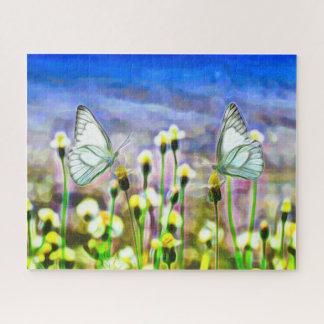Zwei weiße Schmetterlinge in einer gelben Puzzle