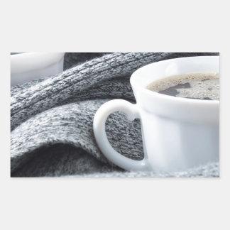 Zwei weiße Tasse Kaffees eingewickelt im Schal Rechteckiger Aufkleber