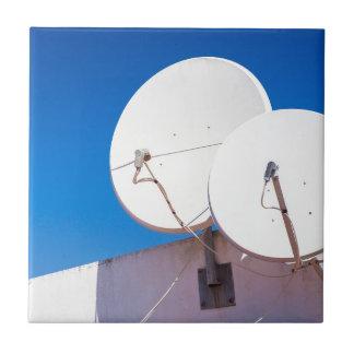 Zwei weißes SatellitenGeschirr auf Hauswand Fliese
