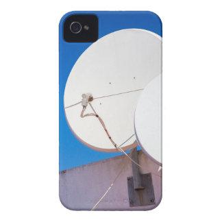 Zwei weißes SatellitenGeschirr auf Hauswand iPhone 4 Hülle