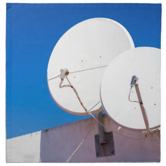 Zwei weißes SatellitenGeschirr auf Hauswand Serviette