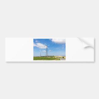 Zwei Windmühlen im ländlichen Gebiet mit blauem Autoaufkleber
