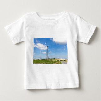 Zwei Windmühlen im ländlichen Gebiet mit blauem Baby T-shirt