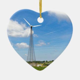 Zwei Windmühlen im ländlichen Gebiet mit blauem Keramik Herz-Ornament