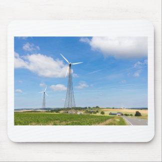 Zwei Windmühlen im ländlichen Gebiet mit blauem Mousepads