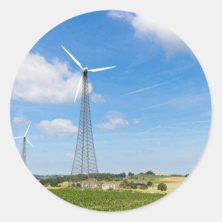 Zwei Windmühlen im ländlichen Gebiet mit blauem Runder Aufkleber