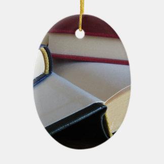 Zweite Hand bucht mit Leerseiten auf einer Tabelle Keramik Ornament
