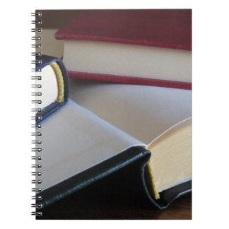 Zweite Hand bucht mit Leerseiten auf einer Tabelle Notizblock