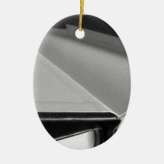 Zweite Hand bucht mit Leerseiten auf einer Tabelle Ovales Keramik Ornament