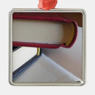 Zweite Hand bucht mit Leerseiten auf einer Tabelle Silbernes Ornament