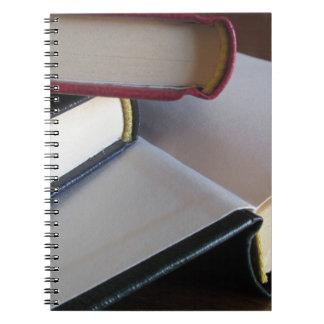Zweite Hand bucht mit Leerseiten auf einer Tabelle Spiral Notizblock