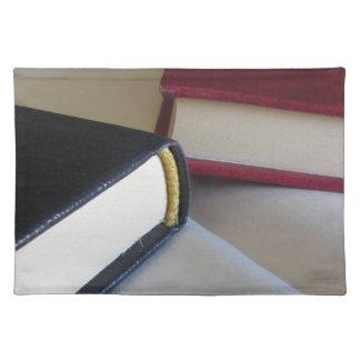 Zweite Hand bucht mit Leerseiten auf einer Tabelle Stofftischset