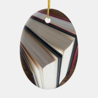 Zweite Hand bucht stehendes auf einer hölzernen Ovales Keramik Ornament