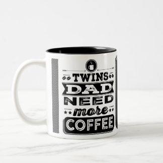 Zwillings-Vati-Bedarf mehr Kaffee (lustiger Zweifarbige Tasse