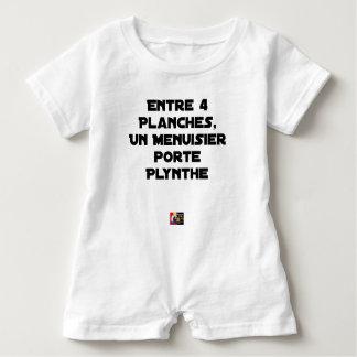 Zwischen 4 Brettern trägt 1 Schreiner Plynthe Baby Strampler