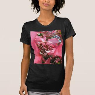 Zwischen Blumenblättern T-Shirt
